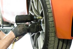Reifenwechsel bei einem BMW M3